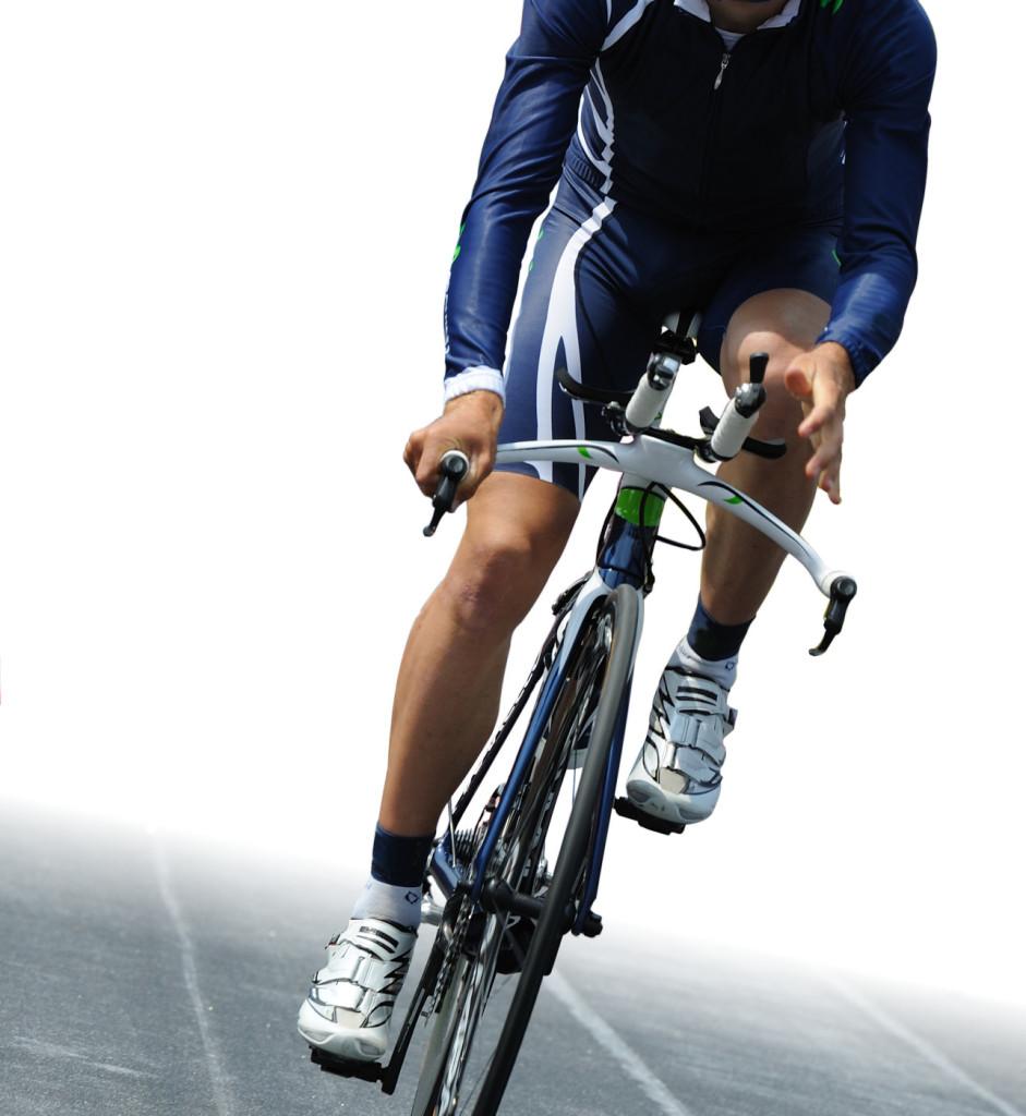 Ciclista isolato su sfondo bianco