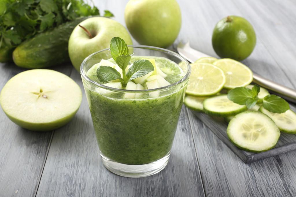 frullato di frutta e verdura colore verde