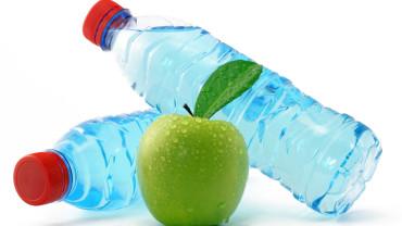¿Beber agua durante las comidas engorda?